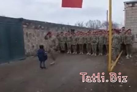 XTQ-nin şəxsi heyəti şəhid komandirin evinə baş çəkdi - Azyaşlı oğluna hərbi salam verdi - VİDEO